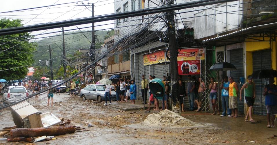 3.jan.2013 - Moradores observam destruição causada por enchente provocada por forte chuva que caiu durante a madrugada, em Duque de Caxias (RJ). Um homem morreu, após o desabamento de uma casa. Cerca de cem pessoas foram desalojadas, segundo a Defesa Civil
