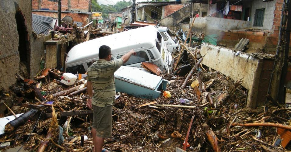 3.jan.2013 - Moradores têm pertences destruídos após forte chuva que caiu durante a madrugada em Duque de Caxias (RJ). Um homem morreu, após o desabamento de uma casa. Cerca de cem pessoas foram desalojadas, segundo a Defesa Civil