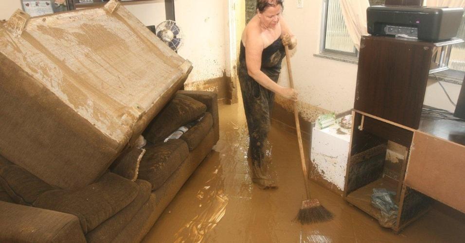 3.jan.2013 - Moradores têm pertences destruídos após forte chuva que caiu durante a madrugada. Um homem morreu, após o desabamento de uma casa. Cerca de cem pessoas foram desalojadas, segundo a Defesa Civil