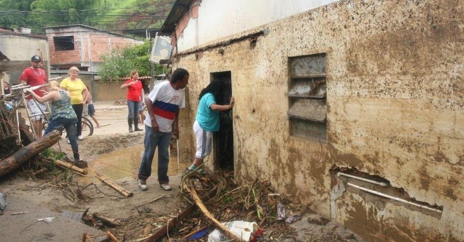 3.jan.2013 - Moradores têm suas casas destruídas após enchente decorrente de forte chuva que caiu durante a madrugada. Um homem morreu, após o desabamento de uma casa. Cerca de cem pessoas foram desalojadas, segundo a Defesa Civil
