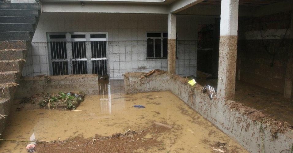 3.jan.2013 - Moradores têm suas casas tomadas pela lama após enchente decorrente de forte chuva que caiu durante a madrugada. Um homem morreu, após o desabamento de uma casa. Cerca de cem pessoas foram desalojadas, segundo a Defesa Civil