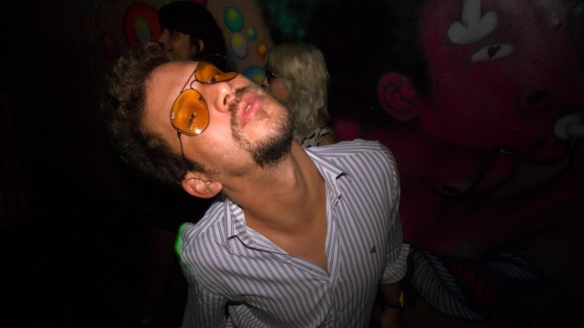 3.jan.2013 - O artista plástico Aslan, do BBB13, em foto tirada na noite pernambucana