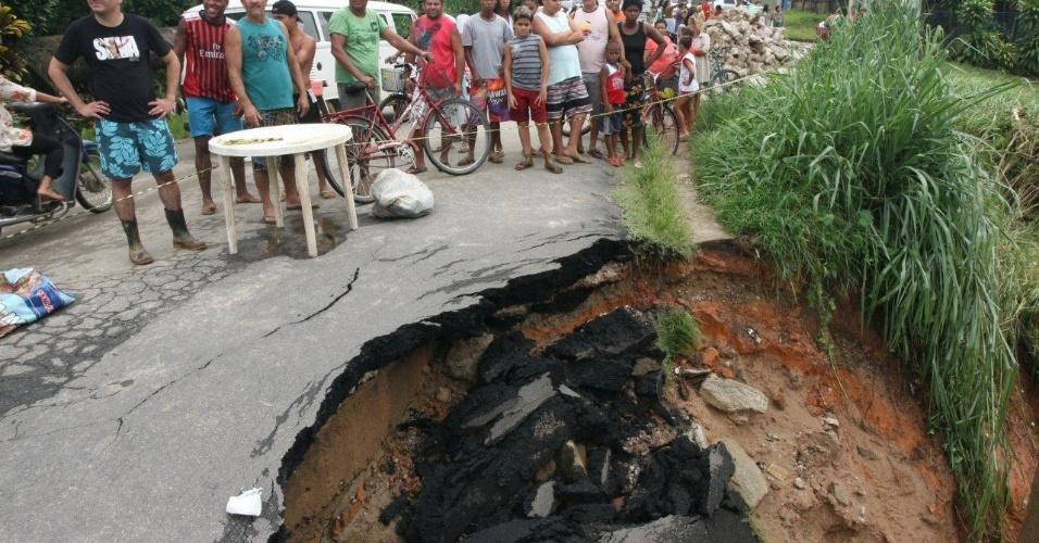 3.jan.2013 - Parte de rua de Xerém, em Duque de Caxias (RJ), é destruída após forte chuva que caiu durante a madrugada. Um homem morreu, após o desabamento de uma casa. Cerca de cem pessoas foram desalojadas, segundo a Defesa Civil
