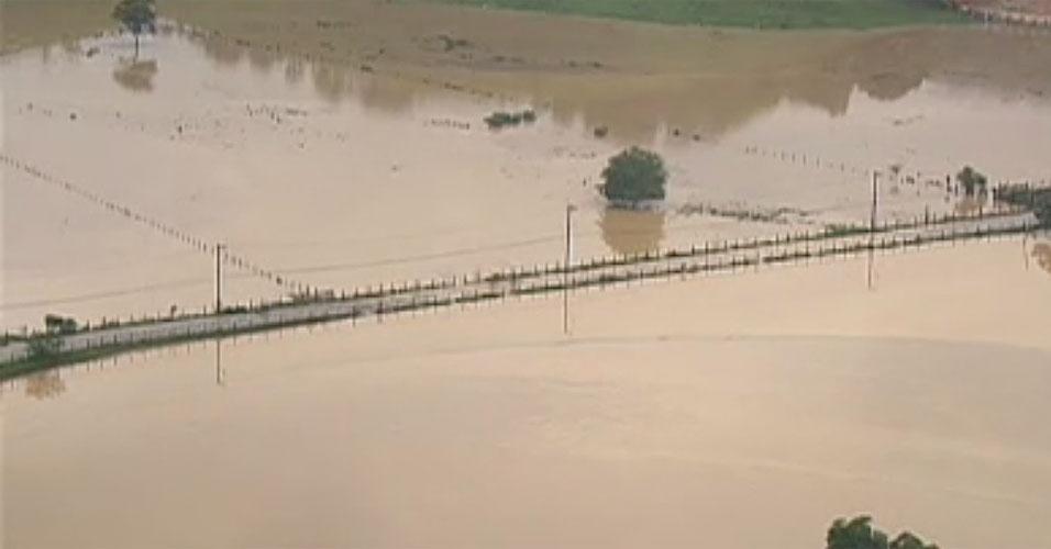 3.jan.2013 - Ponte no bairro de Xerém, em Duque de Caxias, fica alagada após forte chuva que caiu durante a madrugada