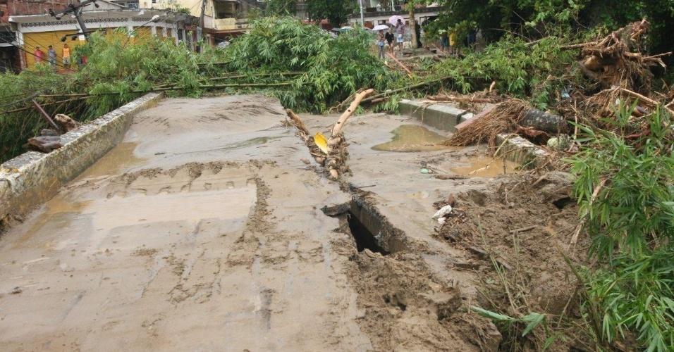 3.jan.2013 - Ponte no bairro de Xerém, em Duque de Caxias (RJ), fica destruída após forte chuva que caiu durante a madrugada. Um homem morreu, após o desabamento de uma casa. Cerca de cem pessoas foram desalojadas, segundo a Defesa Civil