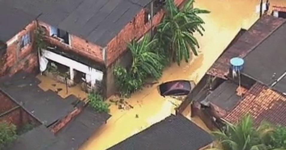 3.jan.2013 - Ruas do bairro de Xerém, em Duque de Caxias, ficam alagadas após forte chuva que caiu durante a madrugada