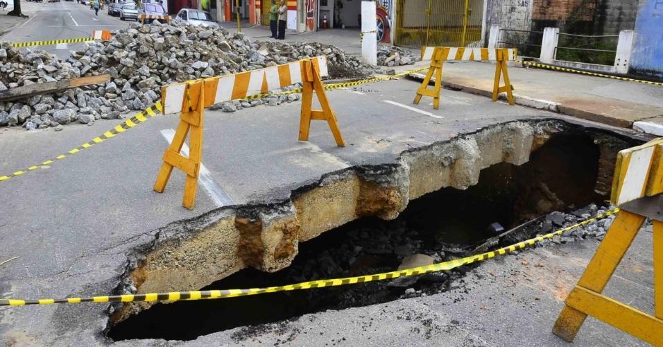 3.jan.2013 - Terreno sobre o córrego do Turi, na avenida Siqueira Campos, em Jacareí, no Vale do Paraíba (SP), cede por causa das fortes chuvas dos últimos dias na região e abre uma cratera com cerca de cinco metros de comprimento e dois de profundidade