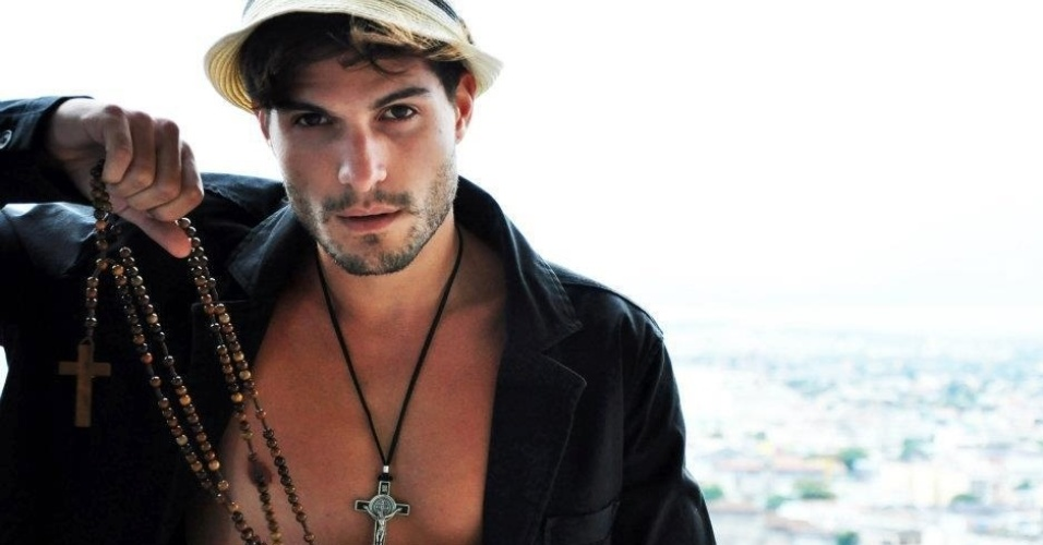 André trabalha como modelo, contabilizando diversas campanhas publicitárias no currículo