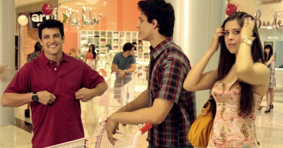 Andressa grava comercial com o ator Alexandre Slaviero
