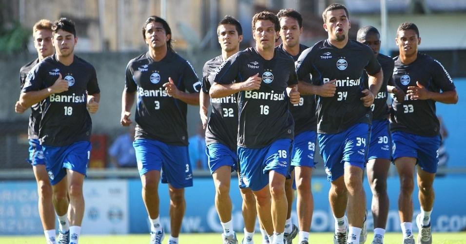 Elano e outros jogadores do Grêmio correm ao redor do gramado suplementar do estádio Olímpico no primeiro treino da temporada 2013 (03/01/2013)