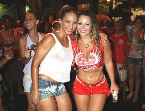 Funkeira Valesca Popozuda posa ao lado de Viviane Araújo em ensaio da escola de samba Salgueiro