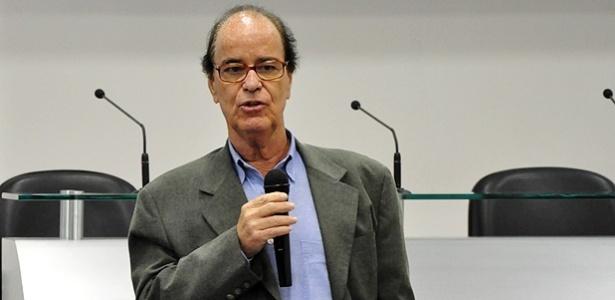 Novo diretor do Atlético-PR, Antônio Lopes conversa com jogadores e comissão técnica durante apresentação (03/01/2013)