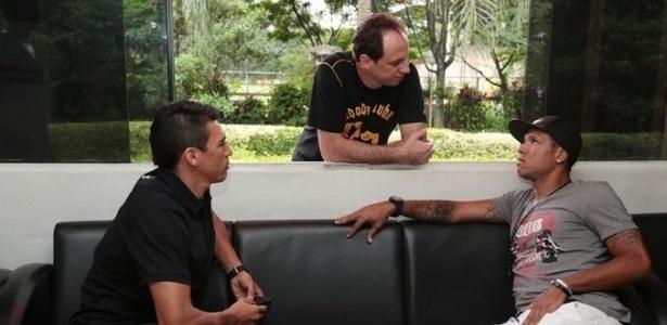 Rogério Ceni conversa com Lúcio e Luis Fabiano pouco antes de delegação ir para Cotia