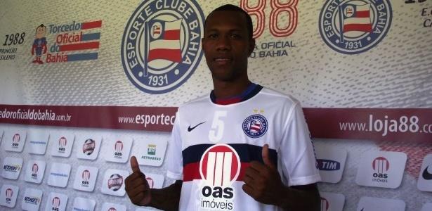 Zagueiro Brinner faz sinal de positivo durante apresentação no Bahia (03/01/2013)