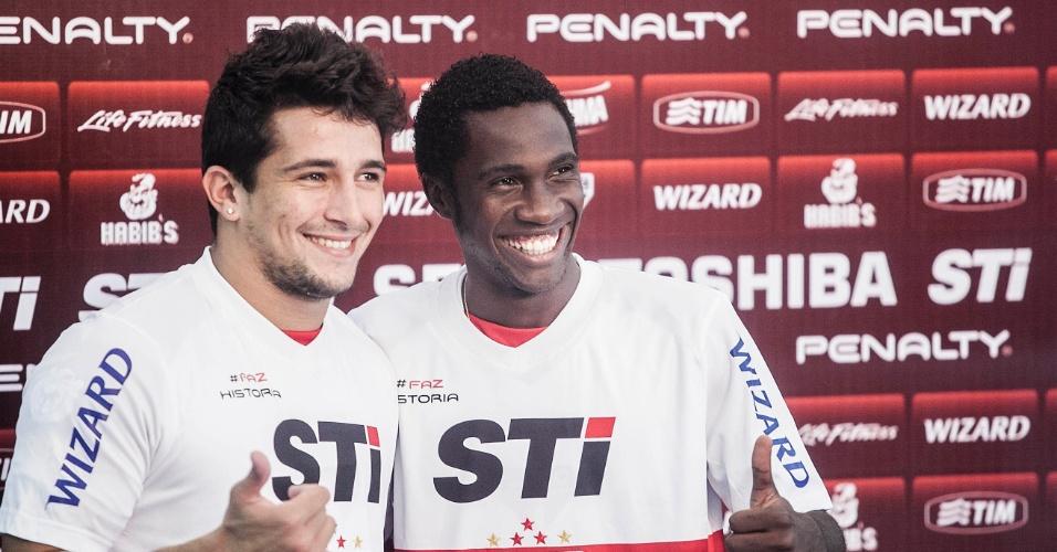 04.jan.2013 - Aloísio (e) e Negueba posam com a camisa do São Paulo durante apresentação oficial