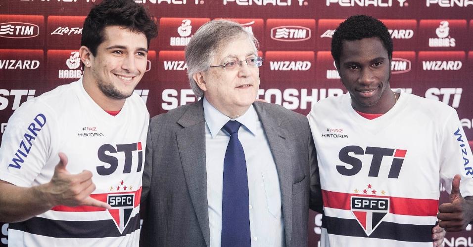 04.jan.2013 - Aloísio (e) e Negueba posam com a camisa do São Paulo durante apresentação oficial, ao lado do vice de futebol, João Paulo de Jesus Lopes