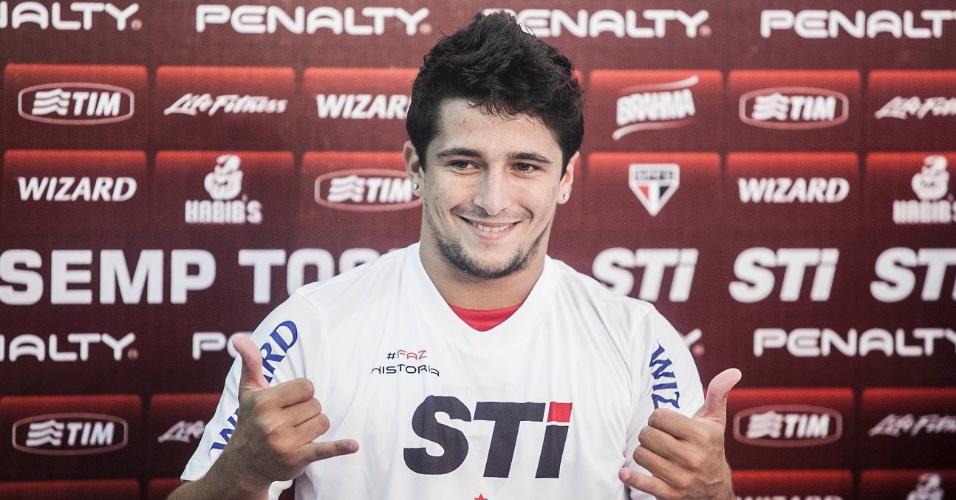 04.jan.2013 - Atacante Aloísio posa com a camisa do São Paulo durante apresentação oficial ao clube