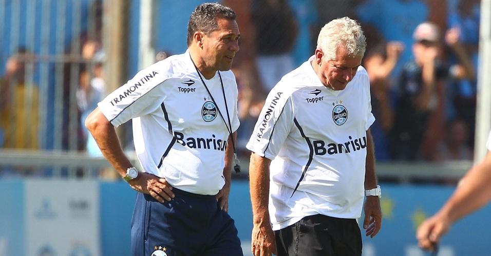 04.jan.2013 - Técnico Vanderlei Luxemburgo observa trabalho de jogadores em treino da pré-temporada do Grêmio