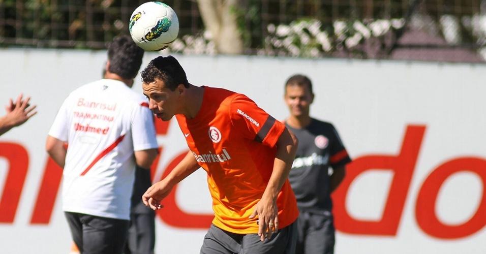04.jan.2013- Leandro Damião faz embaixadinhas durante treino do Inter na pré-temporada 2013