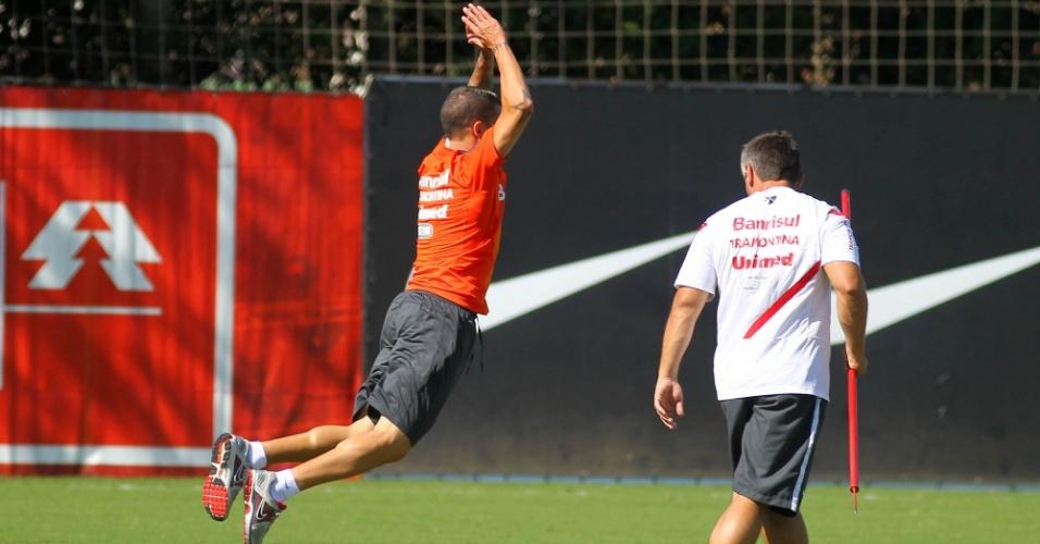 04.jan.2013-D'Alessandro salta em trabalho físico de treino do Inter na pré-temporada 2013