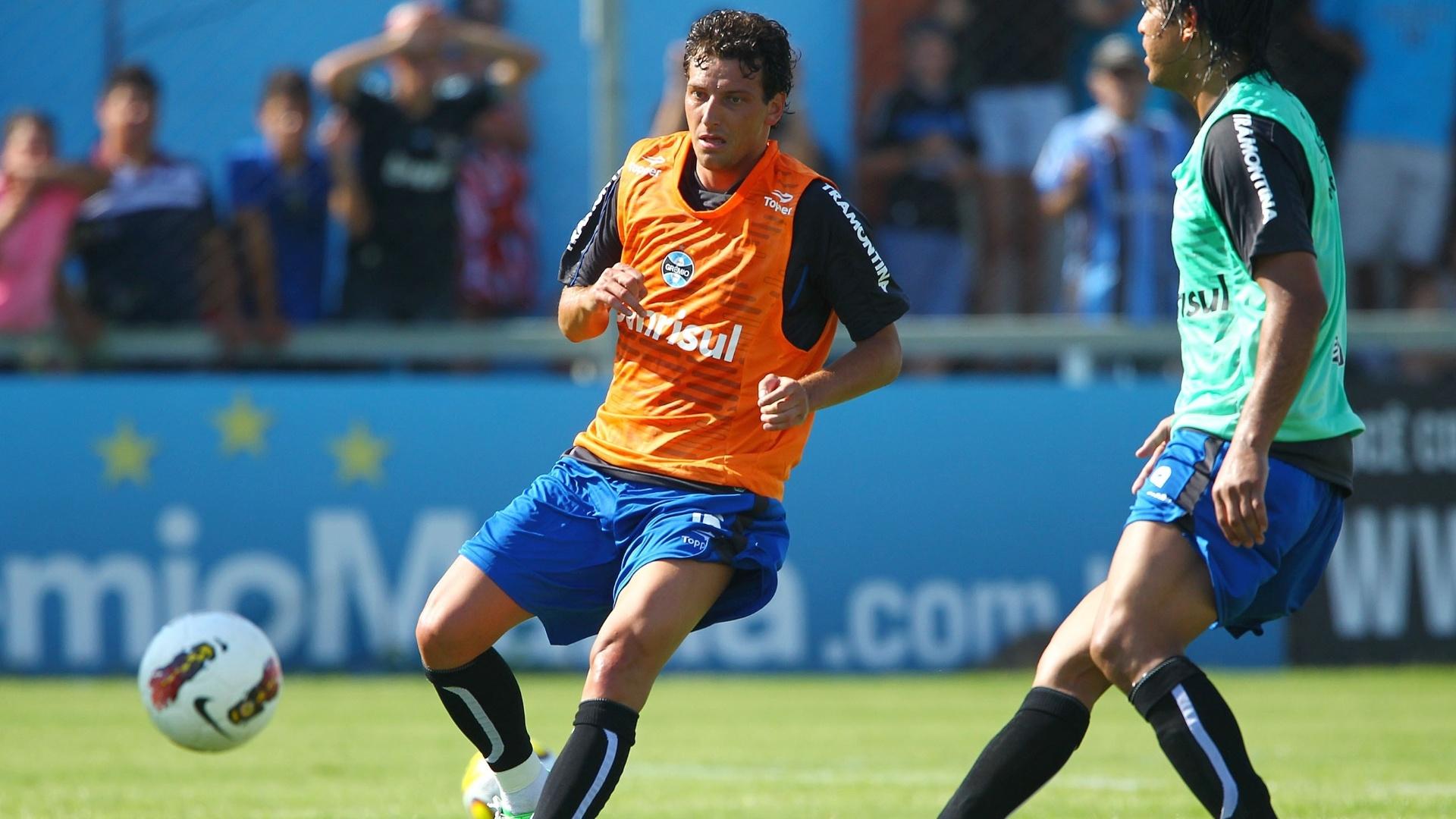 04.jan.2013-Elano corre para alcançar a bola durante 'rachão' no treino de pré-temporada do Grêmio
