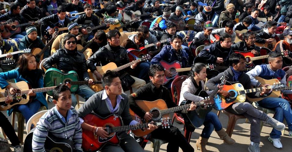 3.jan.2013 - Cerca de 600 músicos se reuniram em Darjeeling (Índia), para tocar a música 'Imagine', de John Lennon, em homenagem à universitária indiana morta após sofrer um estupro coletivo em Nova Déli