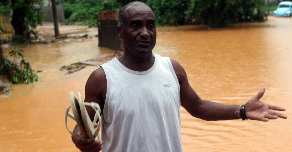 3.jan.2013 - O operador de máquinas pesadas Adão Benedito da Cruz, 55, morador de Xerém, ajudou os vizinhos, vítimas da forte chuva iniciada na madrugada de quinta-feira (3)