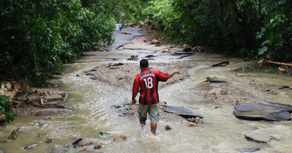 4.jan.2013 - Casas da comunidade de Caputera, em Angra dos Reis (RJ), e a rodovia que liga o bairro à BR-101 (Rio-Santos) foram destruídos após o transbordamento do rio Caputera na tarde de quinta-feira (3)