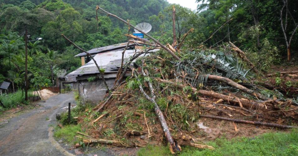 4.jan.2013 - Cerca de oito casas ficaram totalmente destruídas no bairro do Bracuhy, em Angra dos Reis (RJ), após um deslizamento de terra