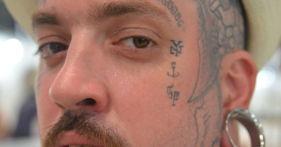 4.jan.2013 - Homem exibe tatuagem durante a feira internacional Tattoo Week, no Rio de Janeiro. O evento reúne cerca de mil tatuadores, artistas plásticos e body piercings, entre esta sexta-feira (4) e o domingo (6)