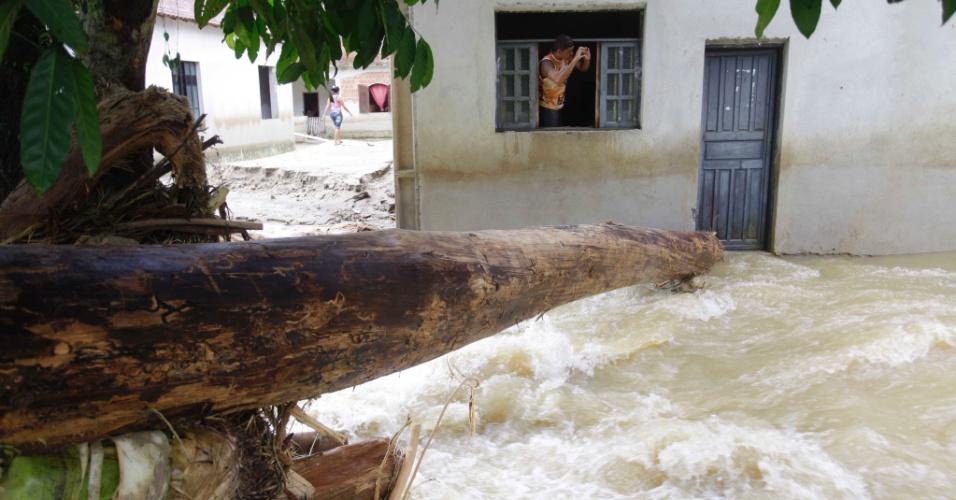 4.jan.2013 - Residências da comunidade de Caputera, em Angra dos Reis, no Rio de Janeiro, e a rodovia que liga o povoado a BR-101 (Rio-Santos) foram completamente destruídas após o transbordamento do rio Caputera