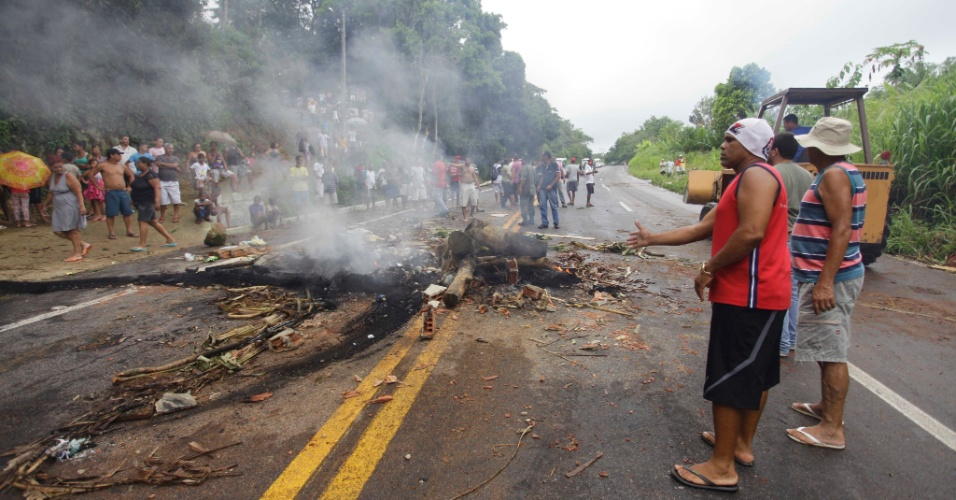 4.jan.2013 - Rodovia Rio-Santos, na altura do quilômetro 450, é liberada após moradores da região a fecharem, em protesto contra a falta de energia na comunidade. Fortes chuvas atingem o estado do Rio de Janeiro desde quarta-feira (2)