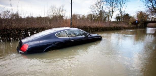 A Bentley afundada foi trocada por uma Mercedes. Ai meu fusquinha... - Reprodução/Metro/SWNS