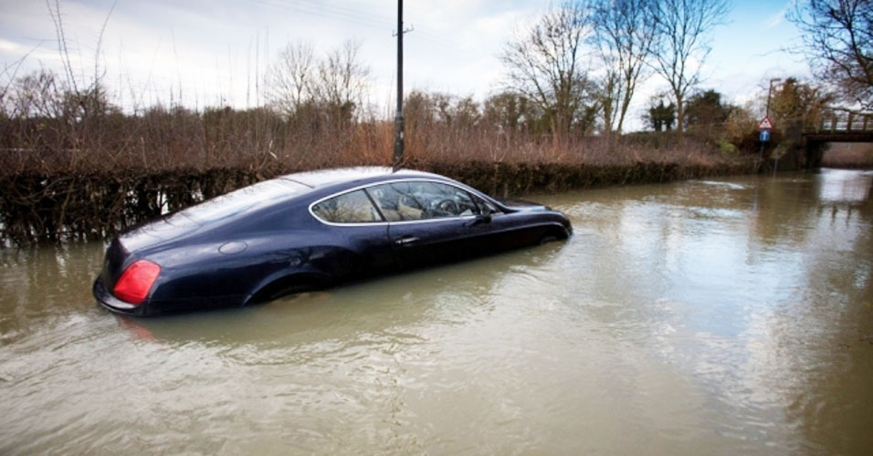 A Bentley afundada foi trocada por uma Mercedes. Ai meu fusquinha...