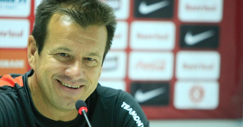 Técnico Dunga sorri durante entrevista coletiva no Internacional (04/01/13)