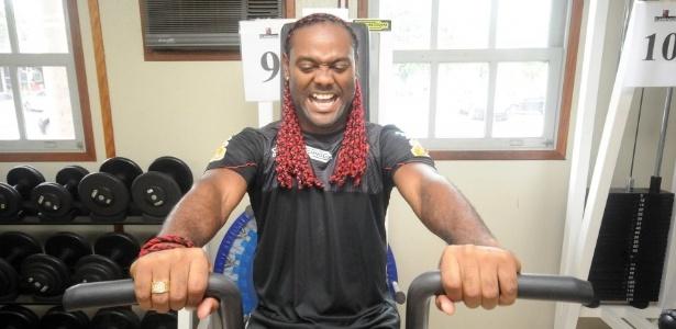 Vagner Love faz careta durante exercício na academia do Flamengo, no Ninho do Urubu