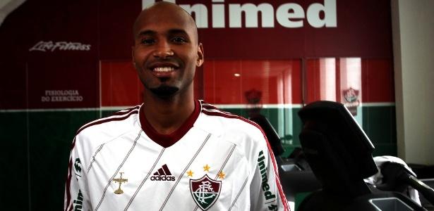 Wellington Silva posa com a camisa do Fluminense após assinar contrato com o clube