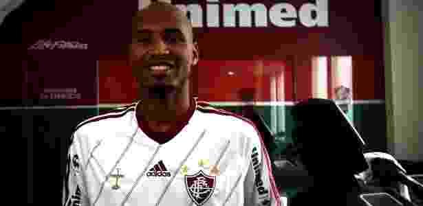Wellington Silva posa com a camisa do Fluminense após assinar contrato com o clube - Nelson Perez/Fluminense. F.C.