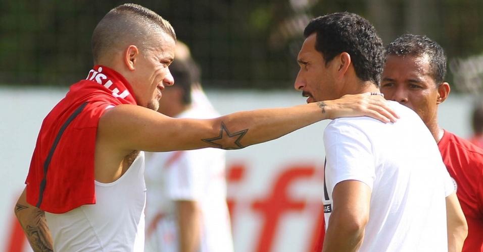 05.jan.2013- Guinãzu se despede de D'Alessandro em sua última visita ao CT do Inter