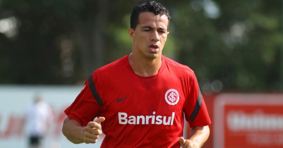 05.jan.2013- Leandro Damião faz aquecimento em treino do Inter neste sábado (05/01)