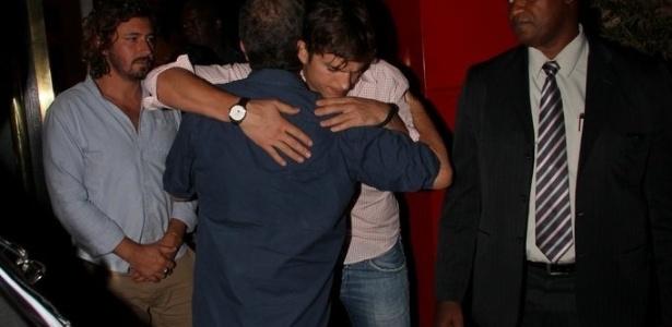 4.jan.2013 - Luciano Huck é visto deixando restaurante na zona sul do Rio de Janeiro. O apresentador estava com o casal de atores Ashton Kutcher e Mila Kunis