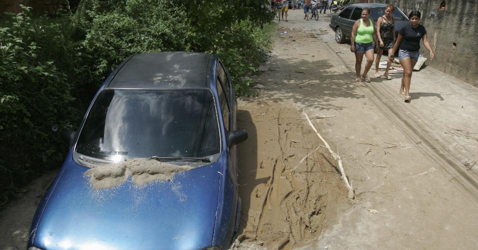 5.jan.2012 - Carro é engolido por buraco aberto após as chuvas no distrito de Xerém, em Duque de Caxias, na Baixada Fluminense