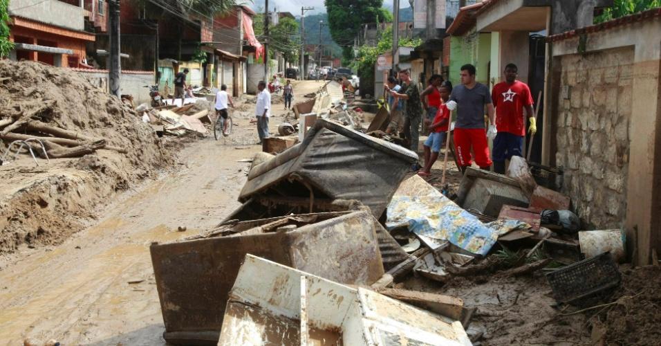 5.jan.2012 - Moradores fazem limpeza e tentam recuperar o que sobrou após as chuvas no distrito de Xerém, em Duque de Caxias, na Baixada Fluminense