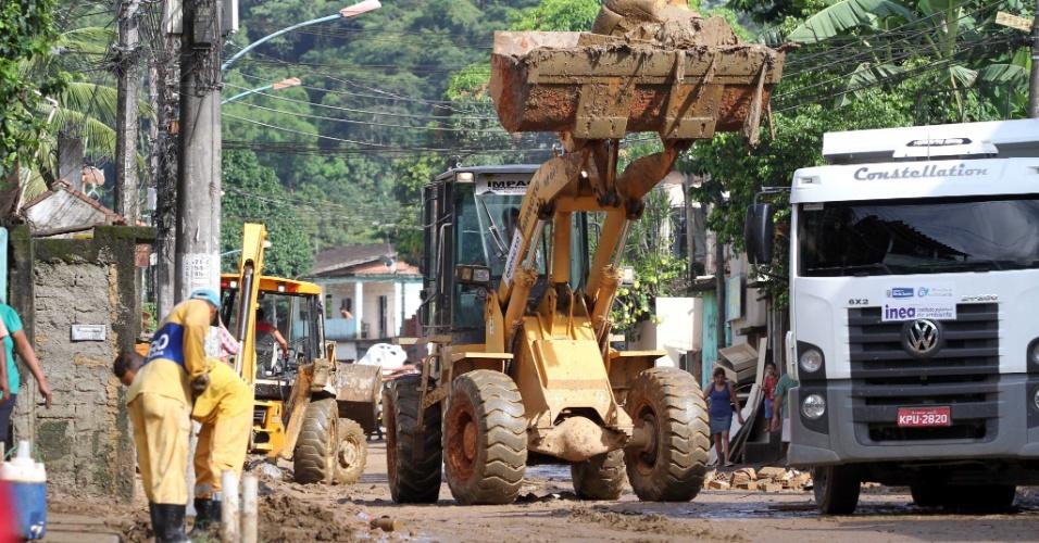 5.jan.2012 - Prefeitura de Duque de Caxias, no Rio de Janeiro, inicia a limpeza nas ruas do distrito de Xerém após a destruição causada pelas chuvas
