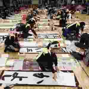 5.jan.2013 - Crianças também marcaram presença no Concurso de Caligrafia de Ano-Novo, realizado no centro de artes marciais Budokan, em Tóquio. Mais de 3.000 pessoas participaram do evento - Kimimasa Mayama/EFE