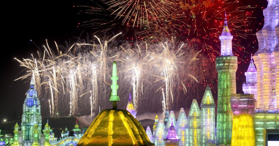 5.jan.2013 - Fogos de artifício explodem próximo a esculturas de gelo durante a cerimônia de abertura do 29º Festival Internacional de gelo e neve de Harbin, na China. O evento, que dura três meses, começou neste sábado (5) e atrai turistas de todo o mundo