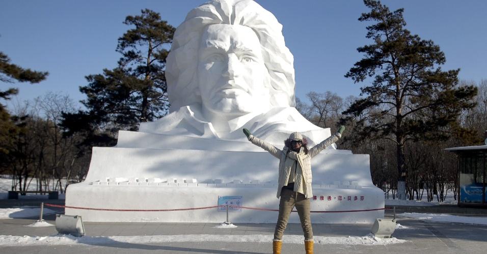 5.jan.2013 - Mulher posa em frente a uma escultura gigante de neve do compositor alemão Ludwig Van Beethoven no Sun Island Park durante o 29º Festival Internacional de gelo e neve de Harbin, na China. O evento, que dura três meses, começou neste sábado (5) e atrai turistas de todo o mundo
