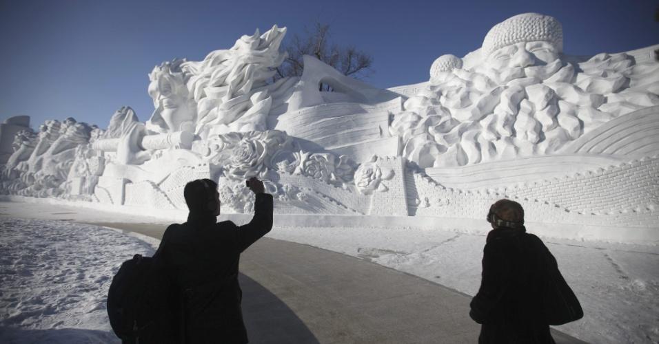 5.jan.2013 - Participante do Festival Internacional de gelo e neve de Harbin (China) tira foto de esculturas gigantes de neve no Sun Island Park