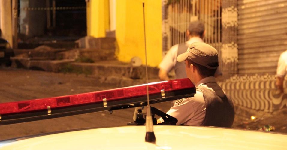 5.jan.2013 - Policiais vistoriam bar na rua Reverendo Peixoto da Silva, no Campo Limpo, zona sul de São Paulo, onde ocorreu a primeira chacina do Estado do ano. Segundo informações da Polícia Militar, homens dentro de três veículos passaram em frente ao local e abriram fogo. Seis pessoas morreram, entre elas um rapper e a testemunha de um crime praticado por PMs
