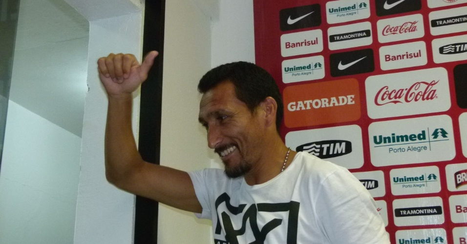 Guiñazu faz sinal de positivo após última entrevista como jogador do Inter (05/01/13)